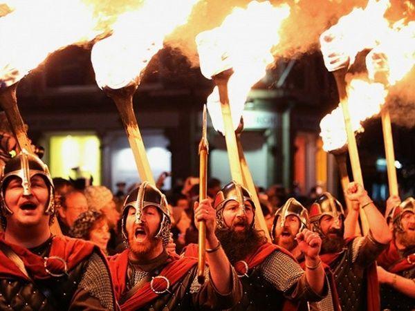 Шотландцы – настоящие горячие парни. В канун Нового года здесь принято ходить по улицам и размахивать над головой зажженными факелами.