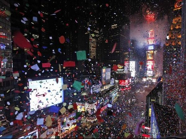 Интересно встретить Новый год в Нью-Йорке. Все жители города собираются ночью на Таймс-Сквер, и ровно в 12 всех осыпает конфетти и начинается бурное веселье.