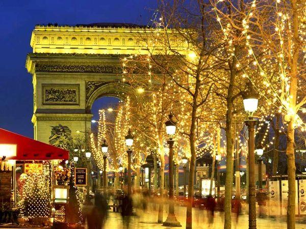 Строгая Германия в дни праздников преображается до неузнаваемости. Разноцветные гирлянды, многочисленные огни освещают буквально каждое дерево и здание.