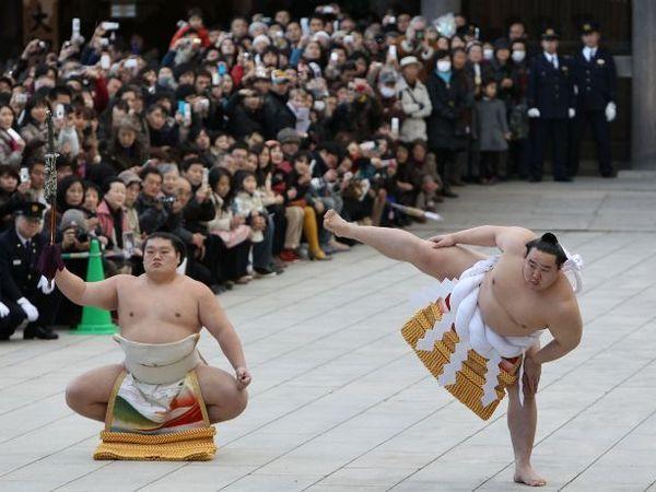 Накануне праздника в Японии проходит традиционный ритуал очищения, на фотографии его проводит чемпион по сумо. Ровно в полночь все японцы смеются, т.к. смех принесет счастье в новом году. Поэтому и я желаю вам всем встретить 2015 год дружным смехом:)