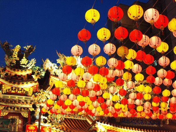 Китайцы легко находят дорогу в новый год. Ведь они освещают ее фонариками. В новогоднюю ночь люди загадывают желания и отпускают в небо бумажные фонарики.