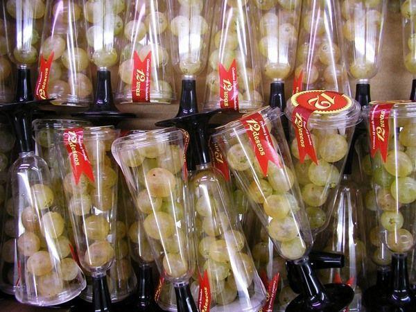 Чтобы следующий год был удачным, необходимо съесть под бой часов 12 виноградин, так считают испанцы. Специально для этого даже продаются вот такие упаковки с виноградинками.
