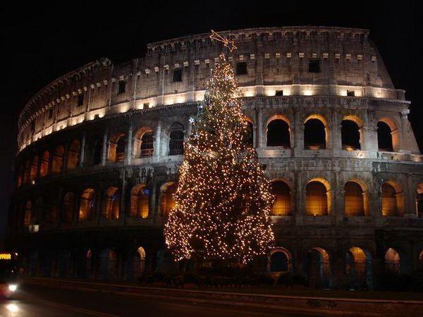 В Италии принято выбрасывать старые вещи в новогоднюю ночь, причем из окна. Гулять в это время здесь явно небезопасно!