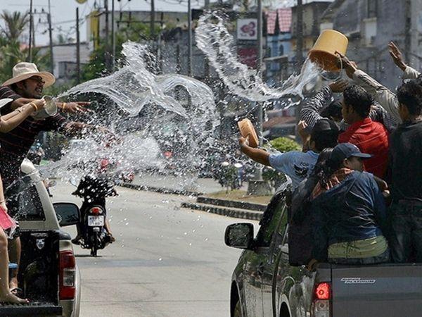 В Таиланде зимой слишком жарко, поэтому в Новый год тайцы предпочитают поливать друг друга водой. Считается, что если тебя окатили водой, значит, что все грехи были смыты.