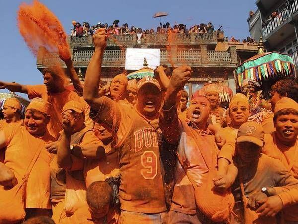 В Непале одновременно с Новым годом проходит праздник красок. Люди обливают друг друга красками, танцуют и поют на улицах.