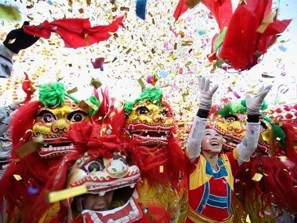Во Вьетнаме существует поверье, что первый, кто зайдет в дом в новом году принесет счастье или напротив – неудачу. Поэтому практичные вьетнамцы заранее договариваются с друзьями, чтобы те приходили в гости. А на улицах в это время проходит настоящий карнавал!