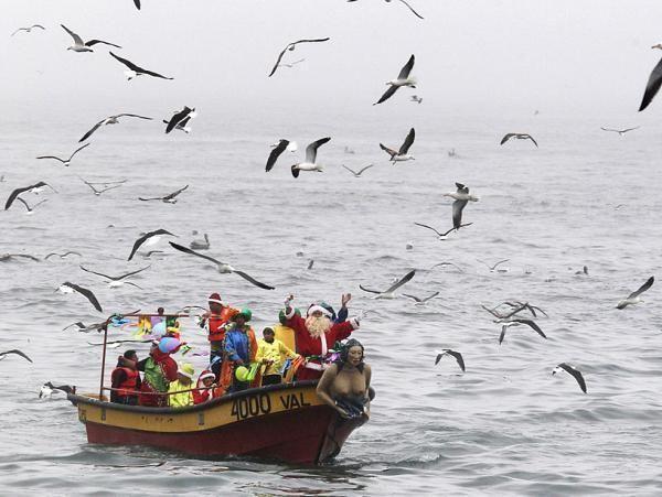 Чилийский Санта Клаус не пользуется оленьей упряжкой, а прибегает к помощи рыбаков. Ежегодно те привозят его, чтобы Санта Клаус мог подарить подарки всем детям страны.