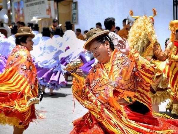 В Эквадоре принято сжигать в полночь соломенные чучела, которые заранее высаживаются около порога каждого дома. А на центральных улицах в это время проходят карнавальные шествия.