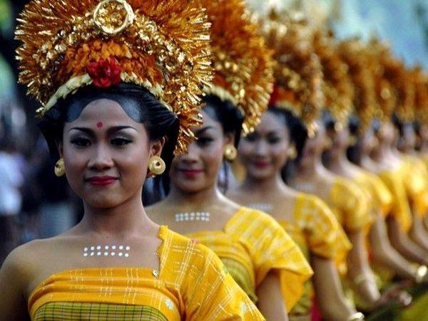 В Индонезии праздники проходят весело и ярко. Проходит карнавал, во время которого все облачаются в традиционные костюмы, танцуют и участвуют в конкурсах. А еще из риса создаются колонны длинной до 2-х метров, предназначенные богам.
