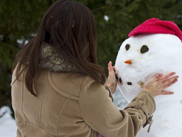 Слепить снеговика. Вариант для тех, у кого есть снег. Лично у нас на улицах только жалкая снежная крошка, из которой ничего не слепишь.