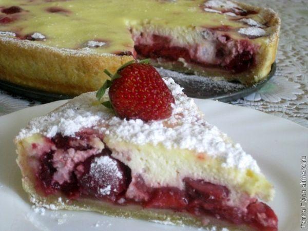 Сметанный пирог с черешней и клубникой