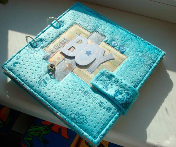 Еще один вариант оформления фотоальбома с помощью мягкой ткани. Смотрится аккуратно и стильно. На обложку можно добавить различные элементы декора.