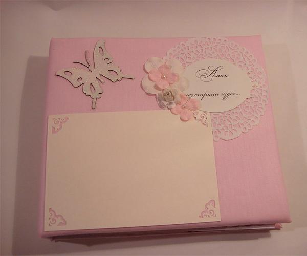 Очень нежный фотоальбом, выполненный в бледно розовых тонах. Подойдет ко дню рождения девочки.