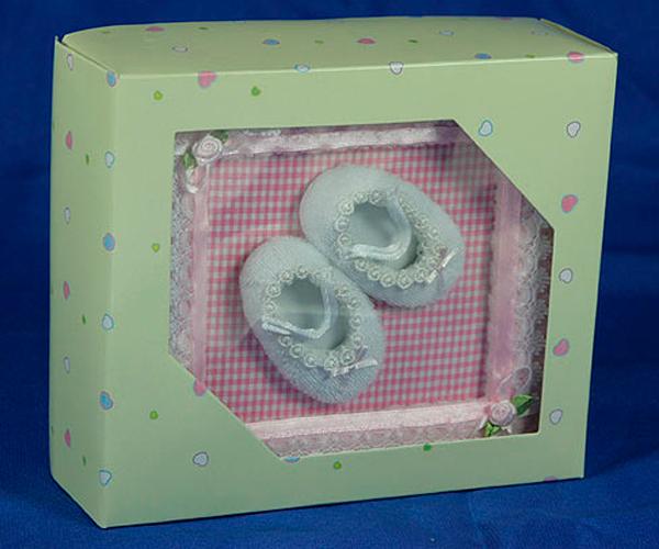 Фотоальбом с детскими пинеточками как нельзя лучше подойдет новорожденному малышу. Получилось очень трогательно.