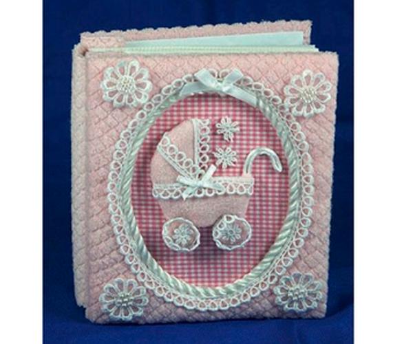 Этот вариант оформления детского фотоальбома мне показался особенно милым и трогательным. Ко дню рождения девочки это замечательный вариант подарка.