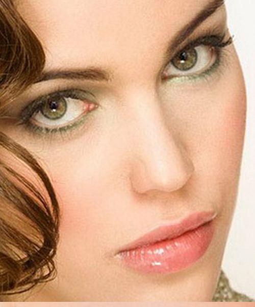 как выделить зелёные глаза брюнеткам: