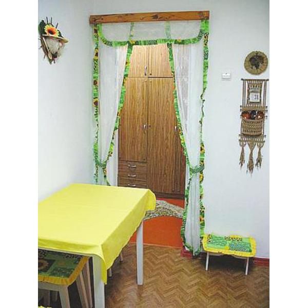 Симпатичные шторы для кухни. белый цвет с зеленой окантовкой смотрится свежо и ярко.