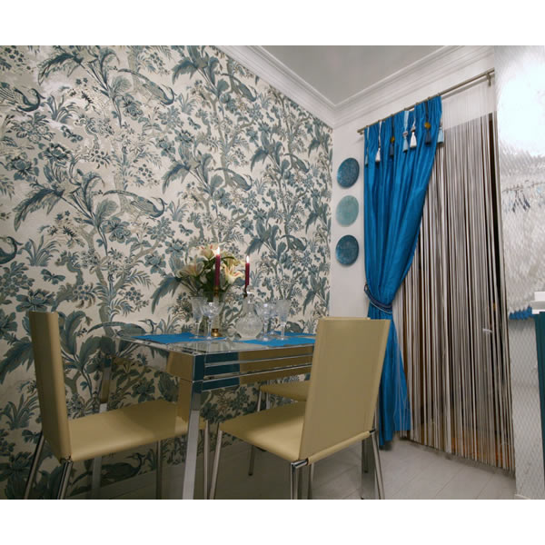 Очень необычный интерьер, который украшают шторы ярко-синего цвета. Мне очень нравится.