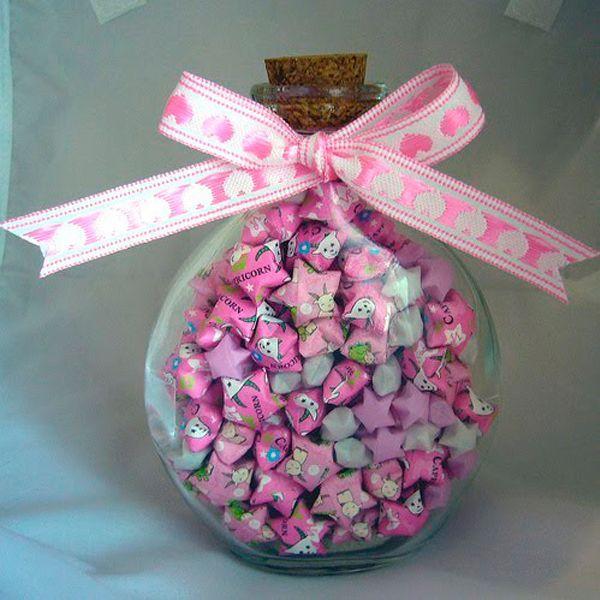 Маленькие звездочки из конфетных фантиков может сделать даже ребенок.  Можно воспользоваться для этого журнальными...
