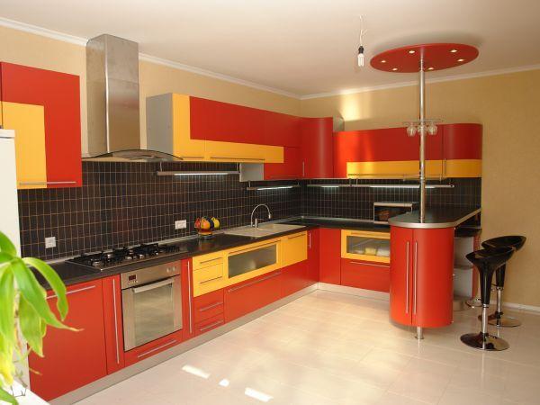 Сделав оранжевый цвет, базовым всегда помните о балансе. Если шкафчики кухни выполнены в оранжевом цвете, то для оформления стен, пола и потолка его уже нельзя использовать.