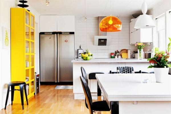 Не стоит слишком усердствовать с яркими акцентами, чтобы интерьер кухни не получился аляповатым.