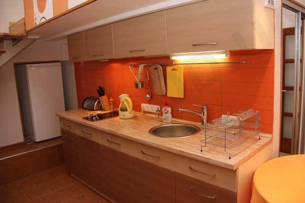 Основной оранжевый цвет для кухни выбирают позитивные и уверенные в себе люди. Этот цвет не агрессивен, но и не скучен.