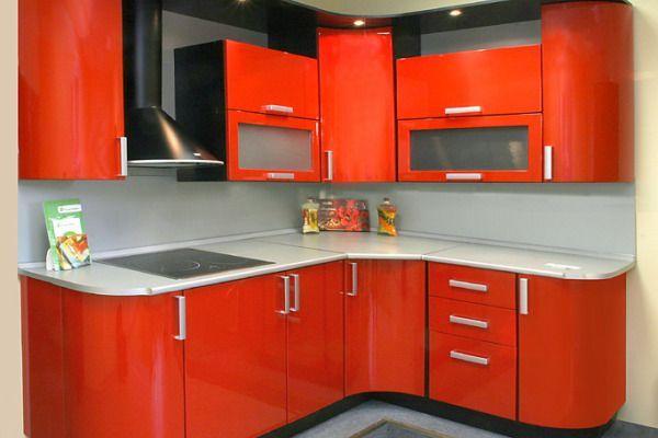 Столешница и фартук могут быть совершенно разными. Чтобы поддержать определенный задор, который несет в себе оранжевая кухня, можно сделать стеклянный фартук с фотопечатью.