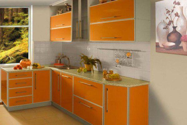 Оранжевый цвет в кухне играет главную роль. Поэтому, если кухонный гарнитур оранжевого тона, шторы нужно подбирать не вызывающие и неяркие.