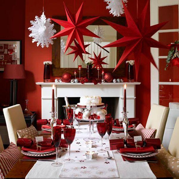 Объемные звезды и снежинки из цветной бумаги, свисающие с потолка, непременно создадут праздничное настроение в вашей квартире.