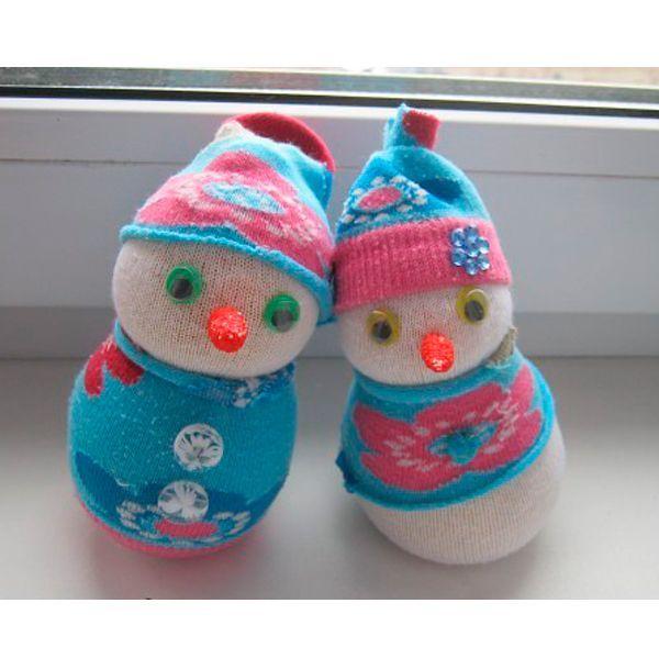 Замечательные снеговички из носков никого не оставят равнодушными. Делаются они не слишком сложно.