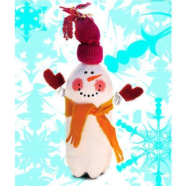 Снеговик из пластиковой бутылки - не только замечательная поделка, но и хорошая игрушка для любого малыша.