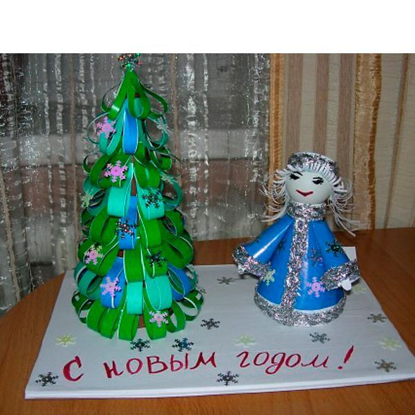 Очень красивая праздничная поделка, которая подойдет в качестве новогоднего подарка родным.