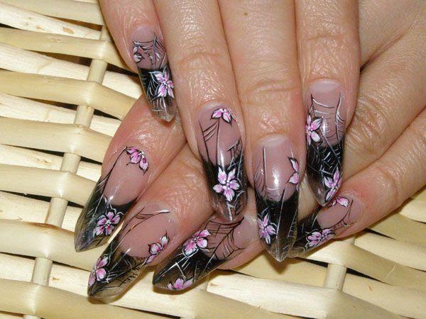 Нарощенные ногти препятствуют расслоению ногтевой пластины, сохраняя ее цвет и структуру.