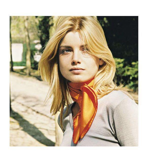 Размер шарфа необходимо выбирать исходя из его назначения – крупный и яркий вариант способен стать главным козырем образа.