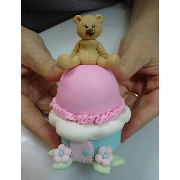 Шкатулка, декорированная полимерной глиной, может стать прекрасным подарком. Этот вариант с медвежонком прекрасно подойдет для девочки.