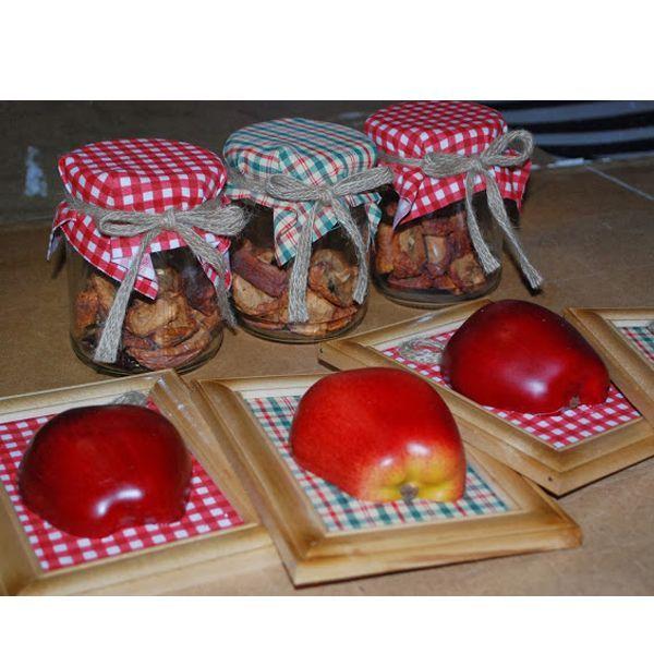 Можно оформить кухню в едином клетчатом стиле. Для стен - панно с бутафорскими яблоками, а для полок - баночки с сухофруктами.