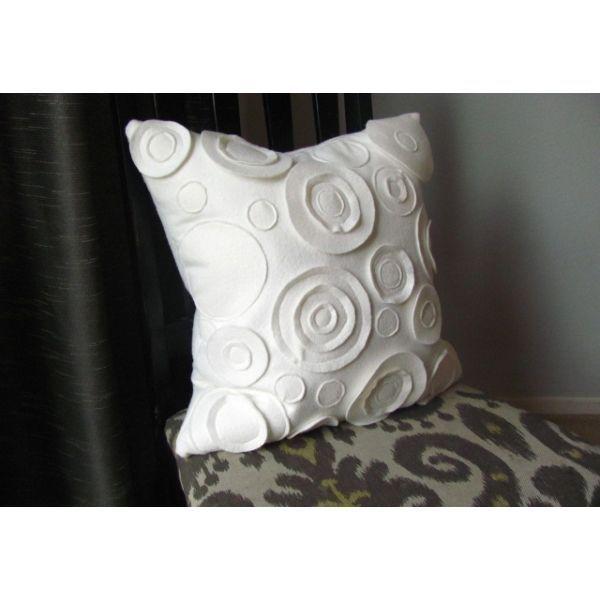 Для этой подушки нужно вырезать и разложить по квадратной основе много круглых заготовок разного размера. Шить ее лучше из плотной ткани.