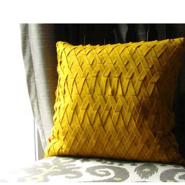Эта подушка предполагает использование плотной ткани, края которой не сыпятся при разрезании (например, тонкого войлока).