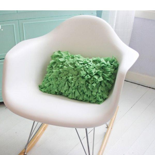 Вам понадобится мягкая ткань, к примеру, джерси, но очень важно, чтобы она не сыпалась при разрезании! В качестве основы можно использовать плотную хлопчатобумажную материю в тон.