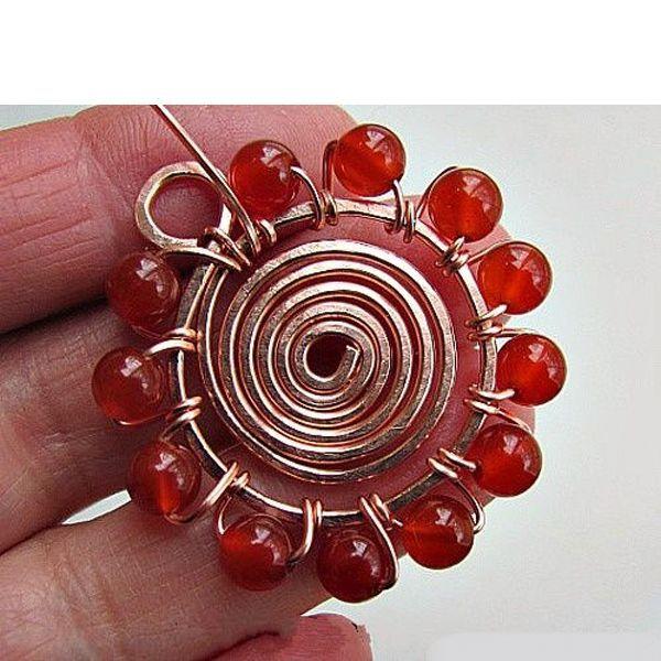 Эта спиральная подвеска со спирального круга и бисера, сделать ее довольно легко. Она может быть создана в различных размерах и бусинах.