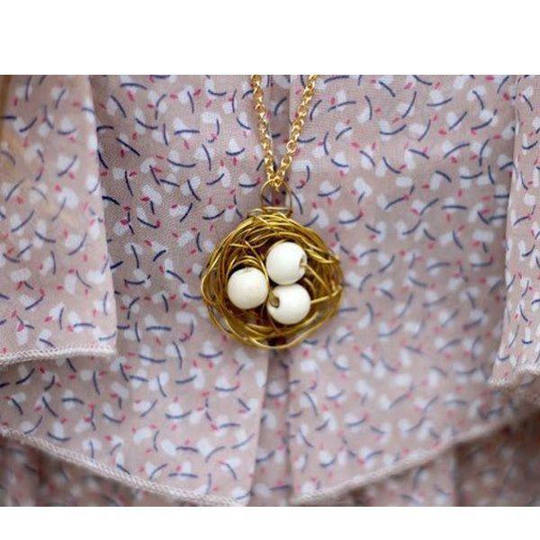 Подвеска на шею в виде птичьего гнезда смотрится очень стильно, а делается за считанные минуты. Попробуйте и вы!