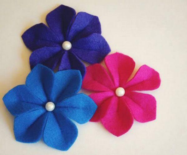 Для изготовления таких цветов возьмите: фетр подходящего цвета, бумагу для выкройки, бусинки для серединок цветов, ножницы, иглу и нитки под цвет фетру.