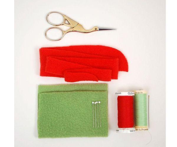 Для работы нам понадобятся: ножницы, полосы красного фетра. небольшой отрез зеленого фетра, булавки и нитки красного и зеленого цветов.