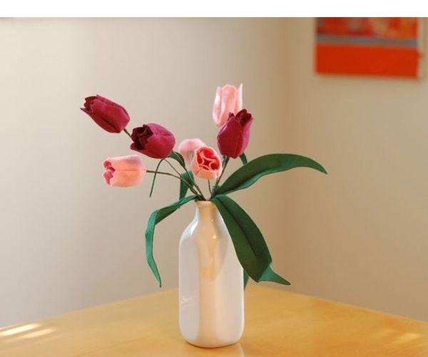 Тюльпаны, сделанные из фетра своими руками, прекрасно смотрятся в вазе. Чтобы букет был эффектным, потребуется сделать не менее 5 тюльпанов.