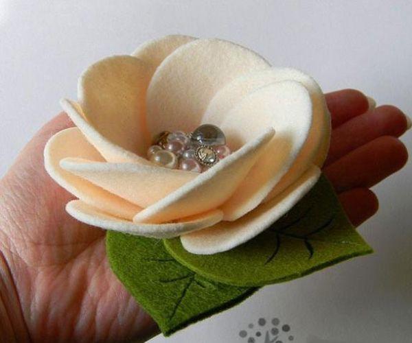 Для этого цветка необходим фетр толщиной 2-2,5мм ванильного цвета для цветка и для листьев 2 оттенка зеленого, близкого к натуральной зелени.