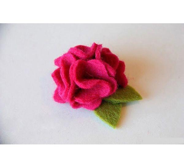 Фетр хорошо держит форму. Но это не означает, что такие цветы можно стирать! Пришив такой цветочек к кофточке, не забудьте отпороть его перед стиркой и затем вновь пришить.
