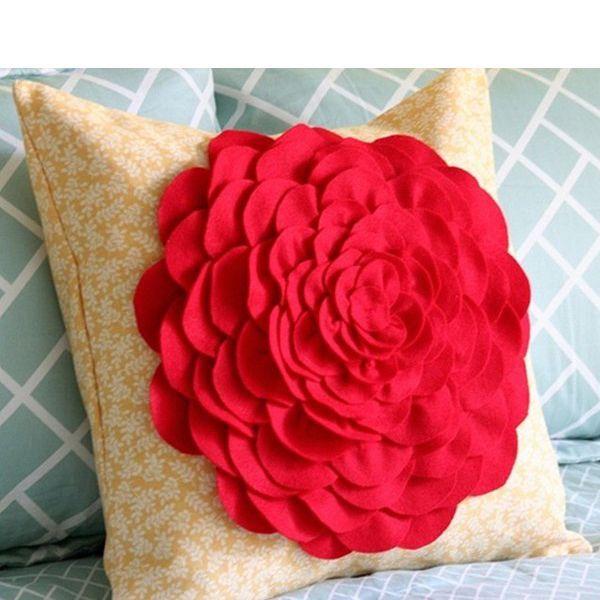 Предлагаю вам подробный мастер-класс по пошиву вот такой красивой наволочки для декоративной подушки. Сама наволочка выполнена из ситца, а цветок на ней - из фетра.
