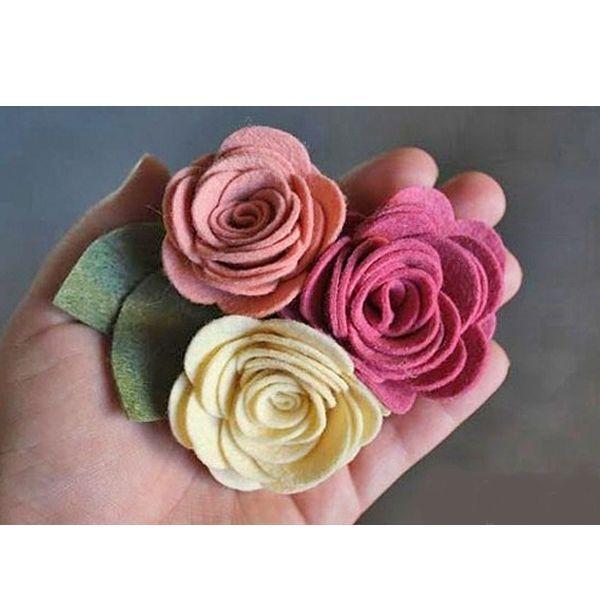 Чтобы сделать цветок пион своими руками, нам потребуются такие материалы: фетр разных цветов, клеевой пистолет, основа для броши, ножницы.