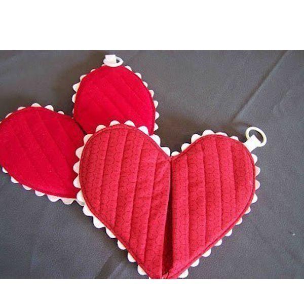Для того, чтобы сшить красивую прихватку – сердце, вам понадобятся следующие материалы: ткань подходящих цветов, тесьма, материал для набивки (поролон или другой) принадлежности для шитья, желание сделать что-то красивое, милое и трогательное.