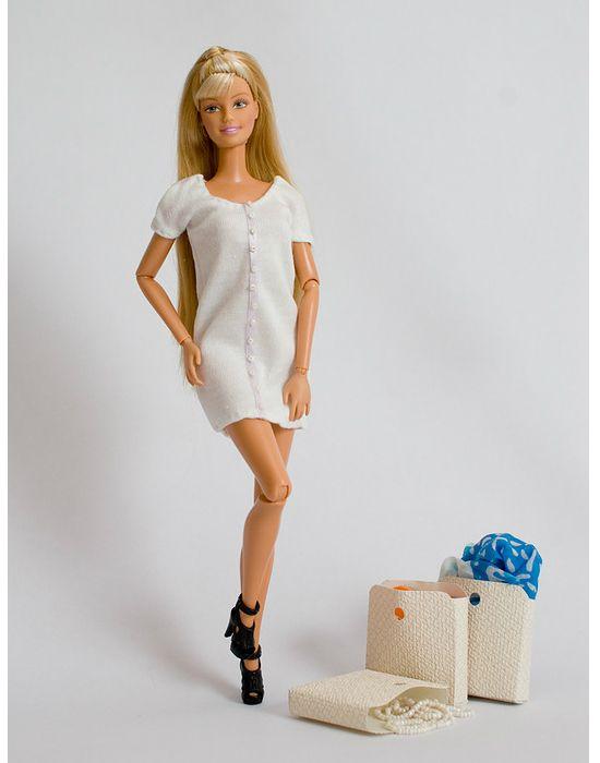 На следующем фото вы увидите выкройку не только платья, но и пакетов, которые можно изготовить из плотной бумаги или картона. Для пошива платья можно использовать любую легкую ткань.
